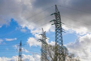 Elektrosmog - Starkstrom Masten vor grauem Himmel