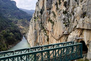 Fototapete - Valle del Hoyo, Guadalhorce, Caminito del Rey ending and railway bridge