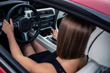 девушка за рулем автомобиля
