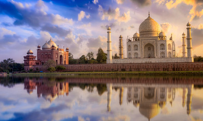 Photo sur Aluminium Artistique Taj Mahal with a vibrant sunset sky on the banks of river Yamuna. Taj Mahal is a white marble mausoleum designated as a UNESCO World heritage site at Agra, India.
