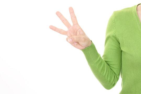 数を知らせる女性の手