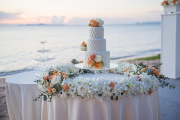 wedding cake in beach wedding