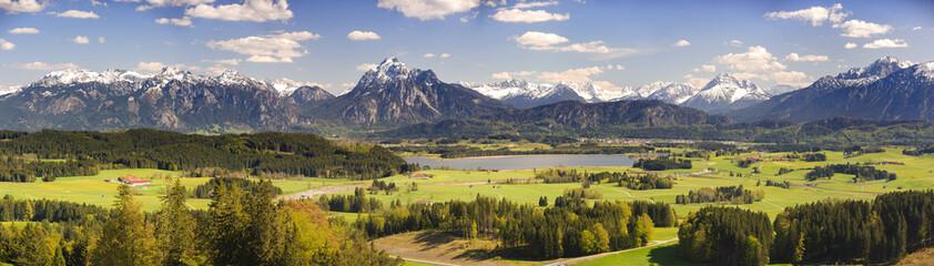 Panorama Landschaft mit Berge, Hopfensee und Säuling im Allgäu bei Füssen