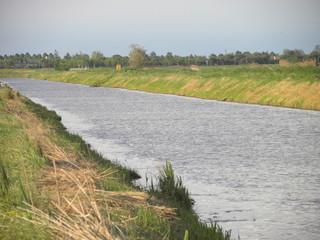 paesaggio di campagna con fiume