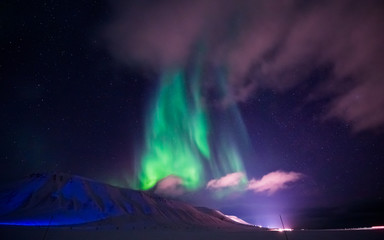 The polar Northern lights in the mountains of Svalbard, Longyearbyen, Spitsbergen, Norway wallpaper