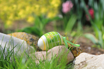 Jajko Wielkanocne na kamieniach w ogrodzie.