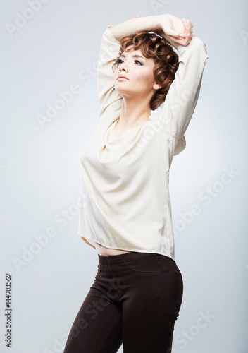Fashion Model With Short Hair Posing In Casual Dress Photo Libre De Droits Sur La Banque D