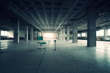 espacio con silla y cenicero