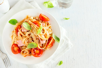 Tagliatelle pasta with ham and tomatoes