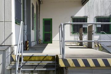 Lagerhalle mit Fassade in einem Gewerbegebiet