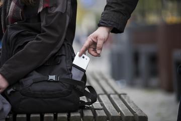 Dieb stiehlt smartphone aus einer Tasche