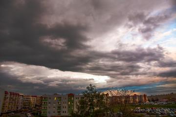 Wiosenne, deszczowe chmury