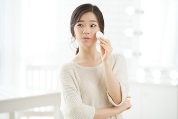Applying face lotion