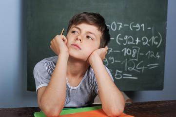Schüler beim Lösen von Rechenaufgaben im Unterricht