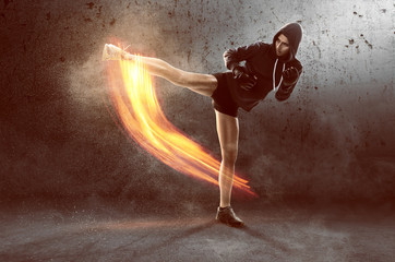 Frau trainiert Kampfsport