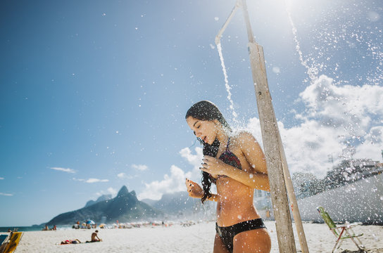 Junge Frau am Strand von Ipanema, Rio de Janeiro, Brasilien