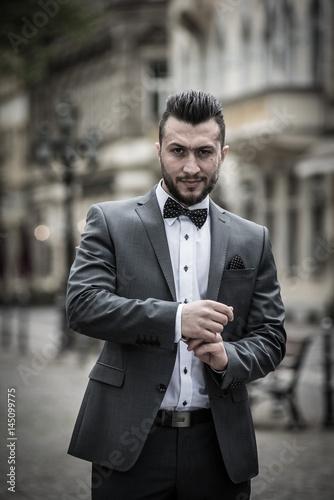 Mann Mit Anzug Vintage Stylisch In Der Innenstadt Stock Photo And