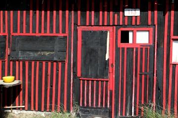 détail de cabane ostréicole peinte en noir et rouge Wall mural