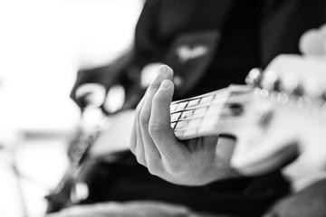 Perspektivische Aufnahme eine Bassspielers, der den Bass hält
