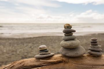 Drei Steinstapel am Meer für innere Ruhe und Gelassenheit