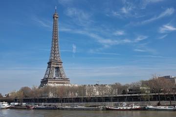 Tour Eiffel et ciel bleu. Paris, France