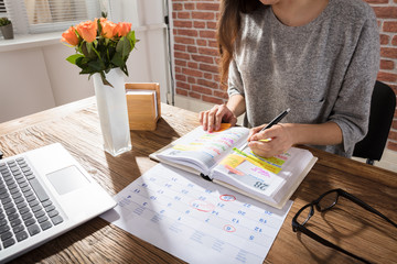 Fototapete - Businesswoman Making Schedule On Personal Organizer