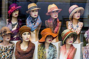 Boutique mit Hüten und Damenmode
