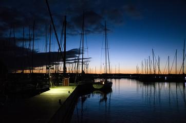 Abendstimmung im Segelbootsanleger in Glücksburg in der Flensburger Förde.