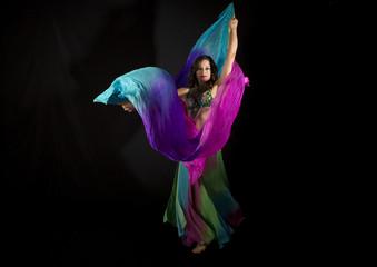 Bailarina de la danza del vientre con pañuelos