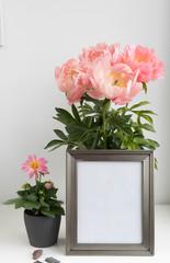 Metall- Bilderrahmen Mockup mit Blumentopf und Dahlie, Pfingstrosenstrauß und Schiefer