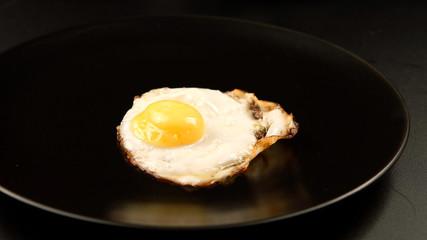 Deurstickers Gebakken Eieren Fried eggs to the black dish