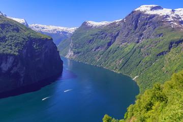 Geirangerfjord mit Sieben Schwestern Wasserfällen von der Adlerkehre aus