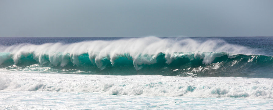 Breaking Waves, Banzai Pipeline, north-west Oahu, Hawaii