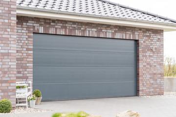 Modernes Garagentor einer Garage