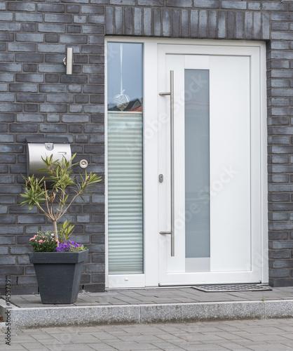 Weiße Haustür moderne weiße haustür mit glasscheiben stock photo and royalty