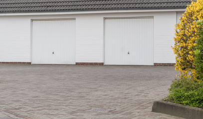 Zwei weiße Garagentore