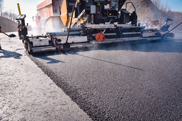 Strassenbau - Teermaschine macht neue Asphaltdecke