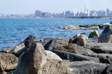 la costa adriatica con la città di Bari sullo sfondo in una bellissima giornata di primavera