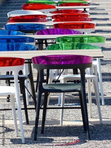 Plastikstuhle Mit Lehnen Aus Buntem Plexiglas An Der Strandpromenade