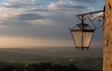 Laterne im letzten Sonnenlicht in der Toskana Fotomurales