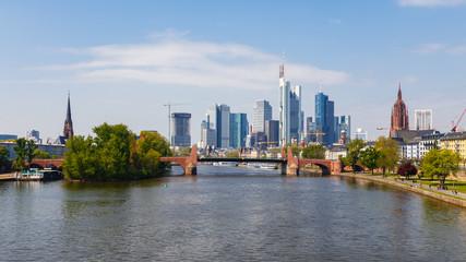 Frankfurt am Main, Blick auf die Stadtmitte von der Ignatz-Bubis-Brücke. Vorn die Alte Brücke. April 2017.