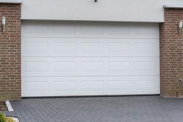 Großes weißes Garagentor