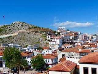 Blick von der alten Burganlage in Çeşme bei Izmir in der Türkei auf die Stadt und die umliegenden Berge