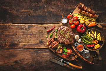 Photo sur Aluminium Grill, Barbecue Grilled meat and vegetables