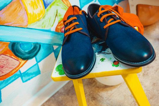 men shoes with orange laces