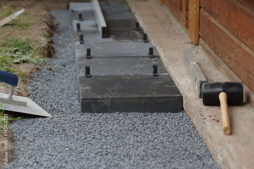 Gehwegplatten verlegen im Garten\