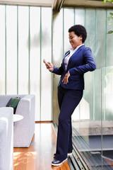Mulher negra olhando para celular