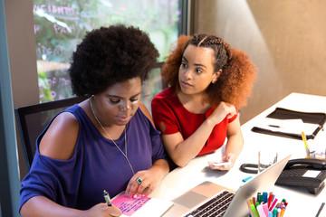 Mulheres negras juntas no computador