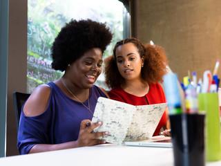 Mulheres negras trabalhando no computador