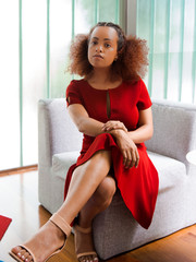 Jovem negra de vestido vermelho